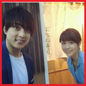 本田朋子夫妻お寿司屋さん前でパチリ